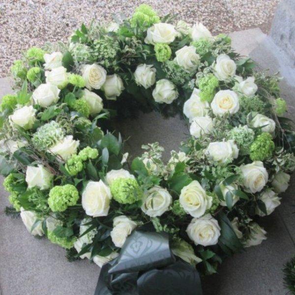 Trauerkranz mit weiß Rosen Bild 1