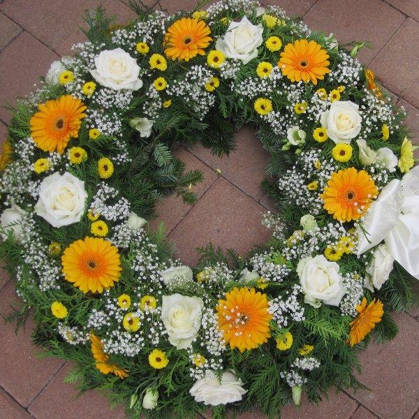 Trauerkranz in weiß und gelb Bild 1