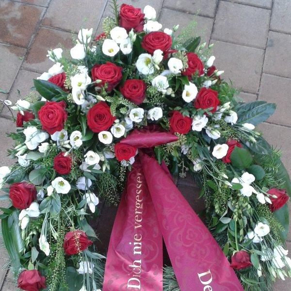 Trauerkranz Kopfgarnierung mit roten Rosen Bild 1