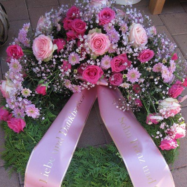 Trauerkranz Kopfgarnierung mit rosa Rosen Bild 1