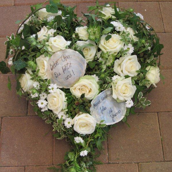 Trauerherz mit weißen Rosen Bild 1
