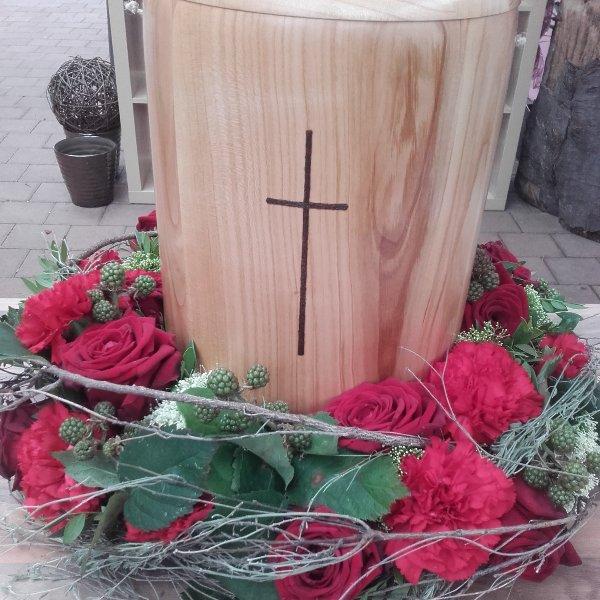 Urnenring mit roten Rosen Bild 1