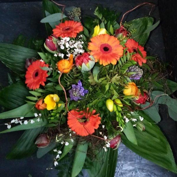 Bunter Blumenstrauß, mit Blumen der Saison Bild 2