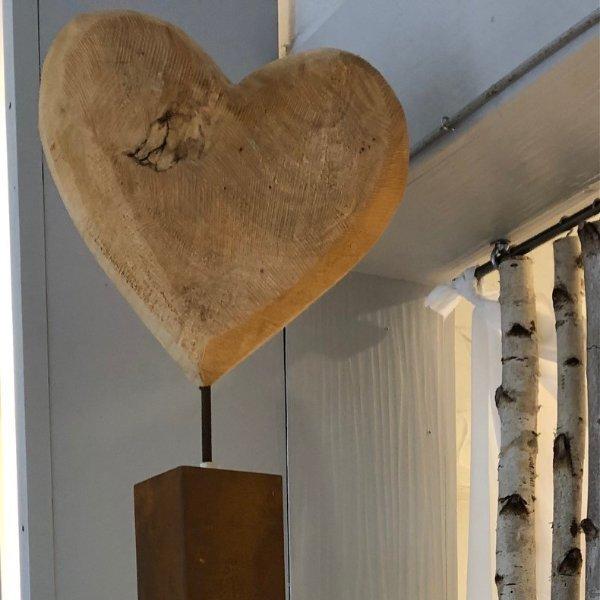 Holzherz auf Rostsäule Bild 1