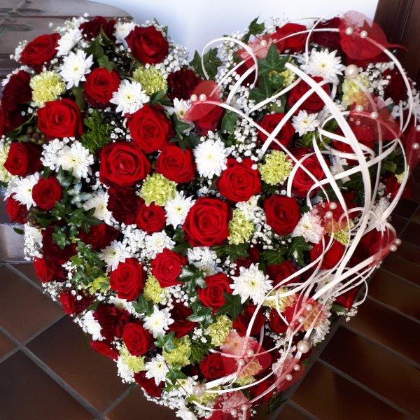 """Florales Herz stehend, """"Die Liebe bleibt"""" Bild 1"""