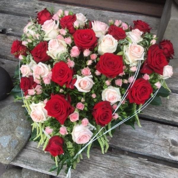 gestecktes Herz mit Rosen in rosa-rot Bild 1