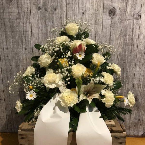 Trauergesteck mit Rosen und Nelken nach Farbwunsch Bild 1
