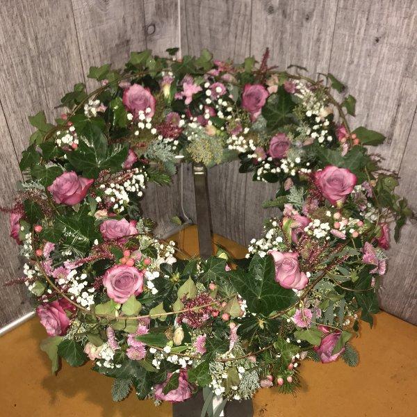 Trauerkranz rundgesteckt mit rosa Rosen, passenden Blumen und Grün Bild 1