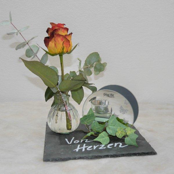Rose auf Schieferplatte mit Teelicht Bild 1