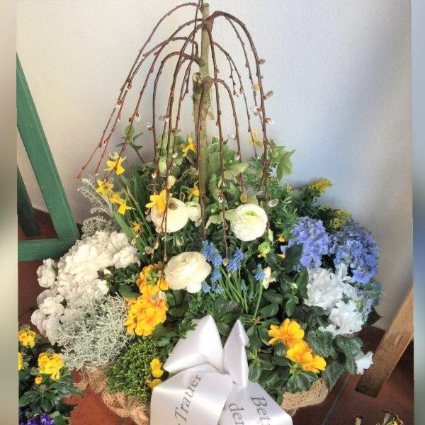Trauerschalen saisonal bepflanzt Bild 4