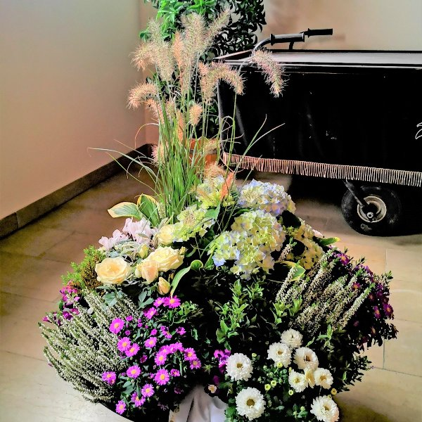 Trauerschalen saisonal bepflanzt Bild 7