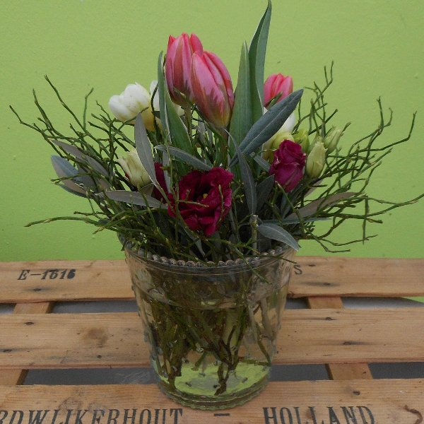 Frühlingsblumen in Glasvasen in pink Bild 1