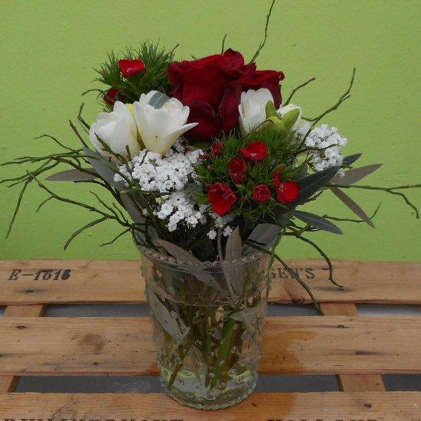 Frühlingsblumen in Glasvasen in rot Bild 1