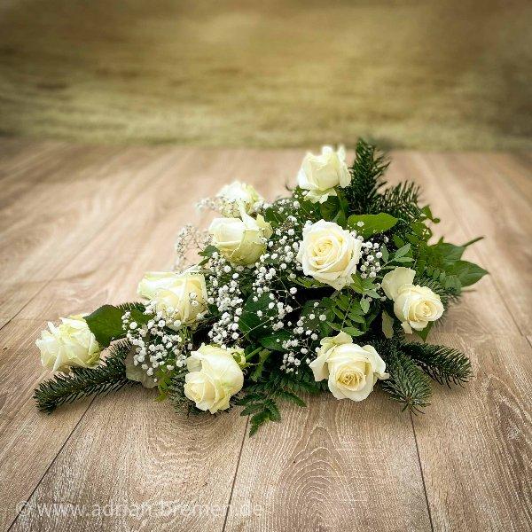 Liegestrauß mit Rosen und Schleierkraut Bild 1