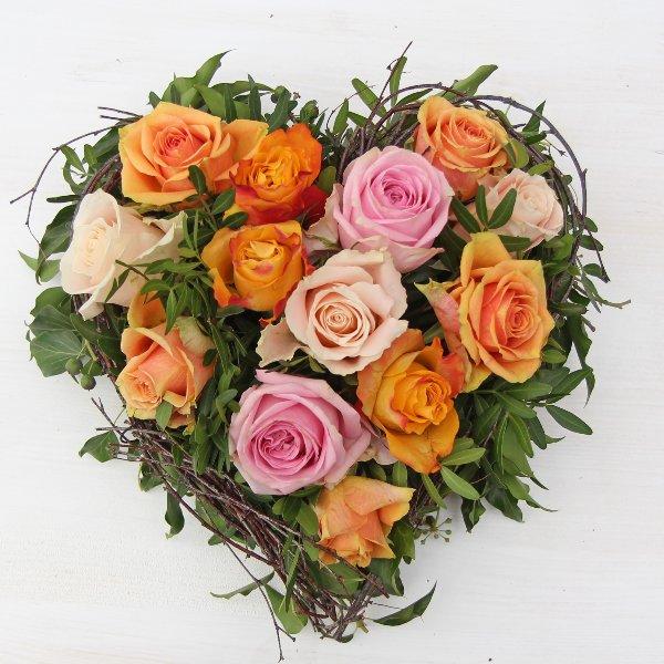 Blütenherz mit Rosen gesteckt Bild 1