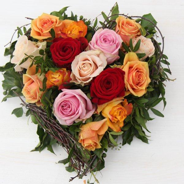 Blütenherz mit Rosen gesteckt Bild 2