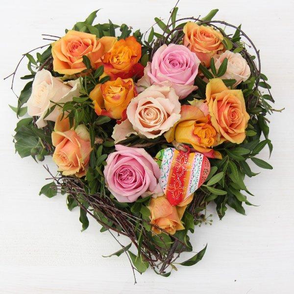 Blütenherz mit Rosen gesteckt Bild 3