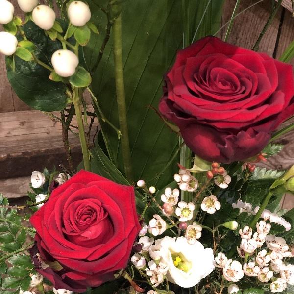 Gesteck mit grüner Anthurie und roten Rosen Bild 2