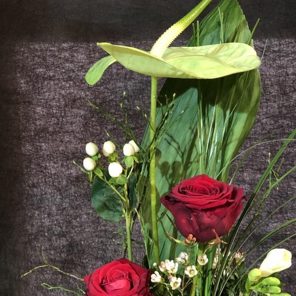 Gesteck mit grüner Anthurie und roten Rosen Bild 3