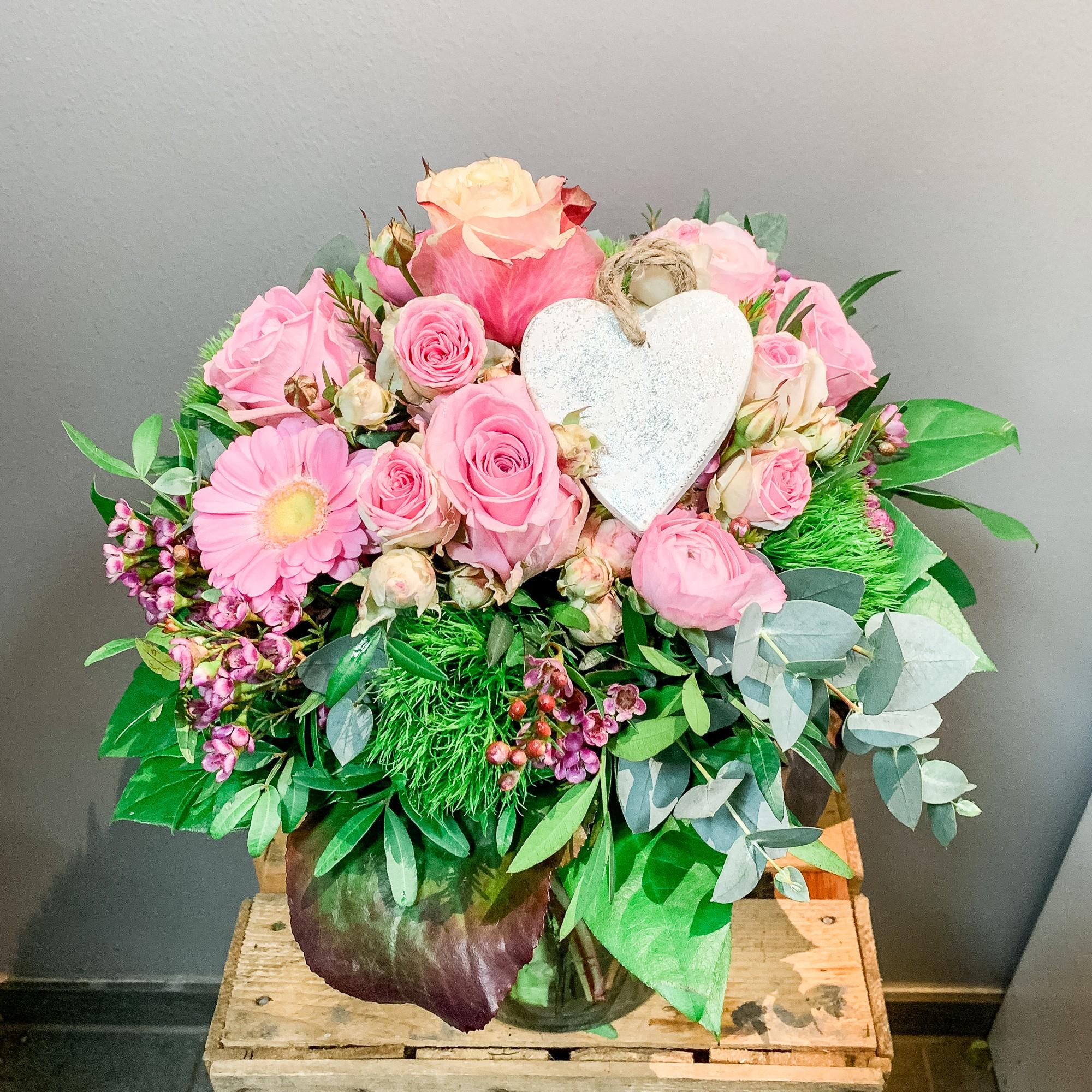 Gemischter Strauß in rosa Tönen mit Herz Bild 1