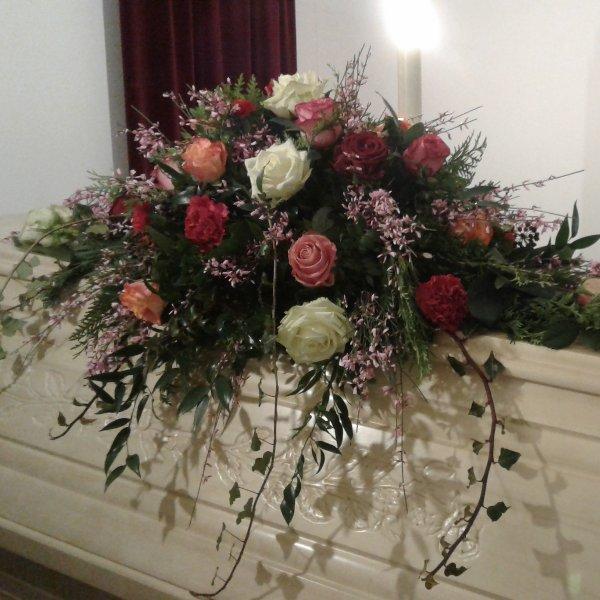 Sargschmuck mit  bunten Rosen Bild 1