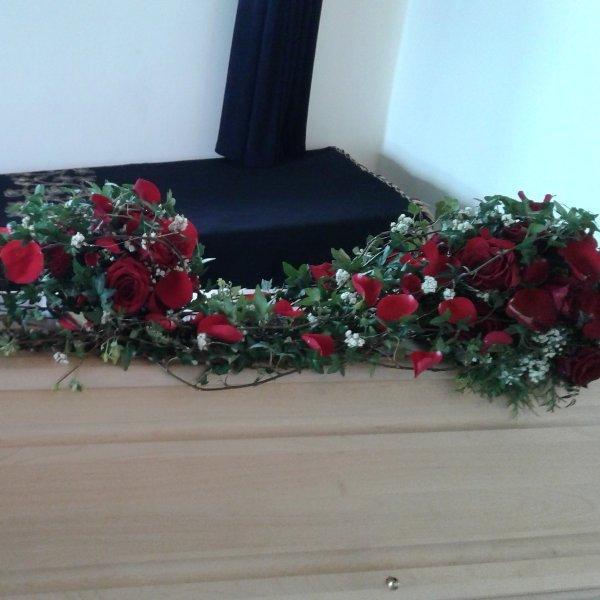 Sargschmuck mit  roten Rosen Bild 1