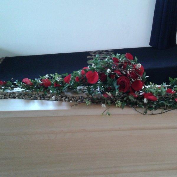 Sargschmuck mit  roten Rosen Bild 2