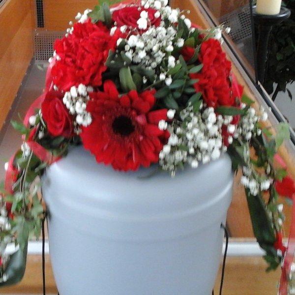 Urnenschmuck mit roten Blumen Bild 1