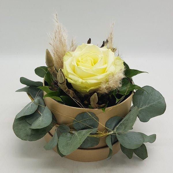 runde Geschenkbox mit weißer Rose Bild 1