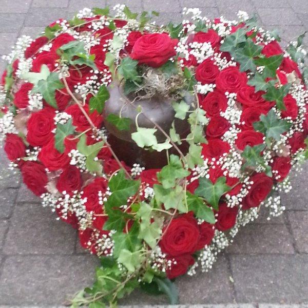 Urnenschmuck Herz rote Rosen Bild 1