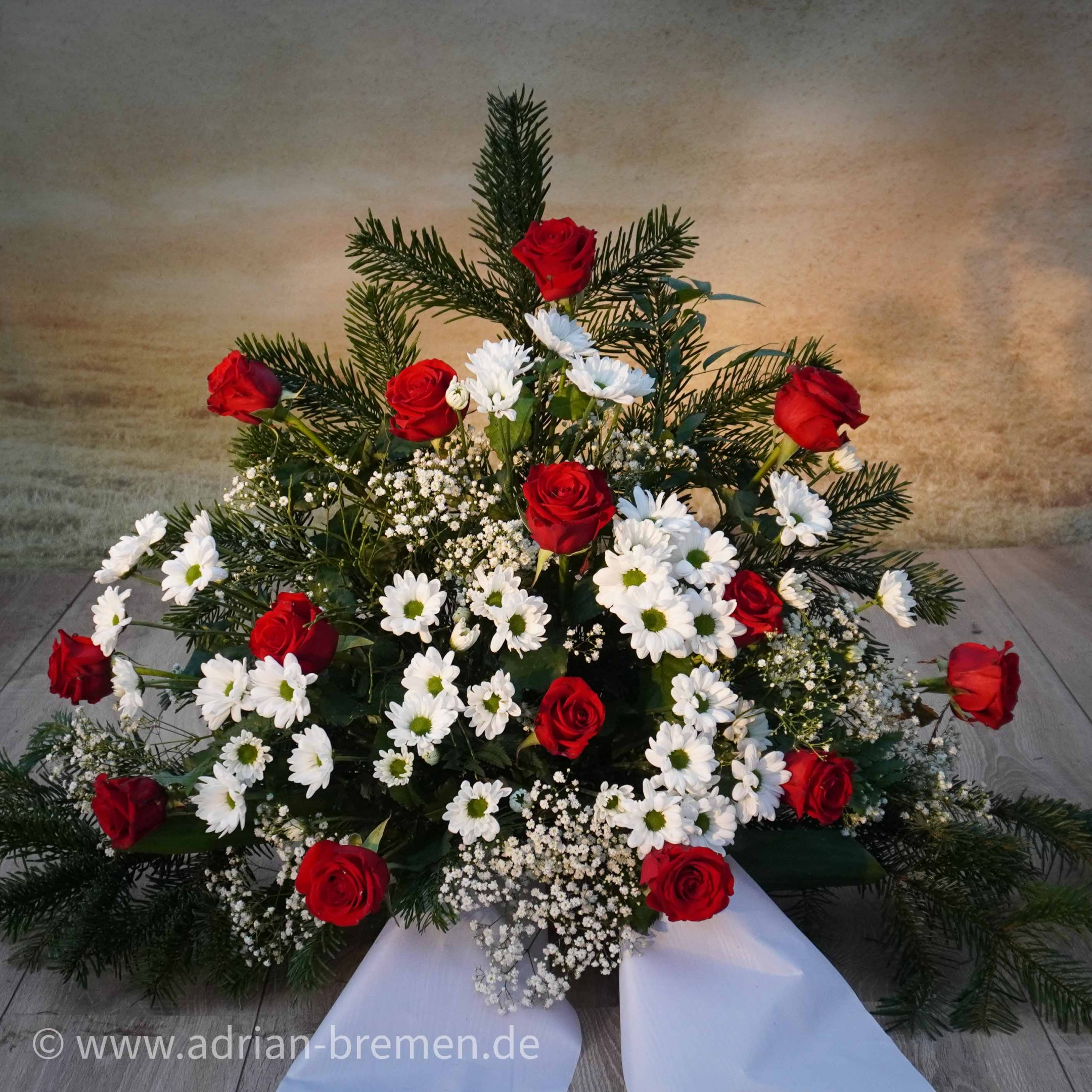 Trauergesteck, Rote und Weiße Töne Bild 1