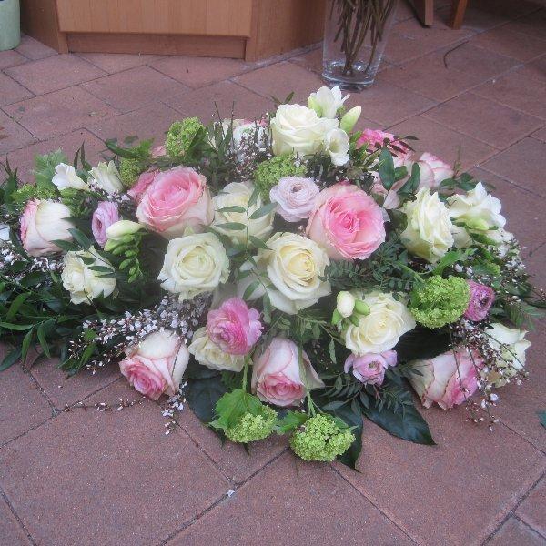 Tropfen mit weißen und rosa Rosen Bild 1