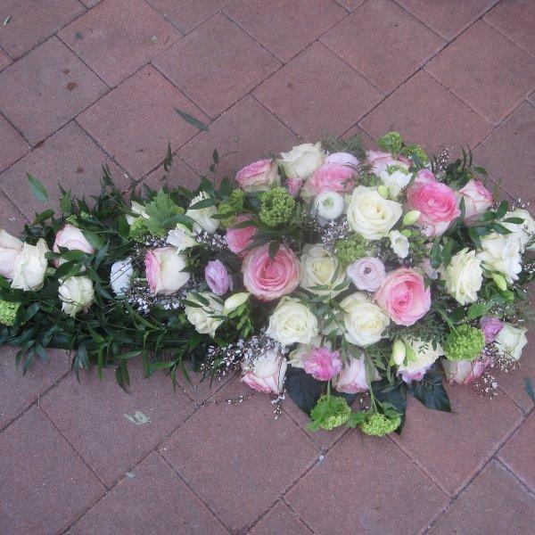 Tropfen mit weißen und rosa Rosen Bild 2