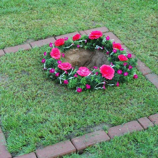 gelegter Blüttenring zur Urnenbeisetzung Bild 1