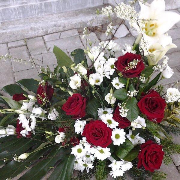 Trauergebinde rote Rosen Bild 1