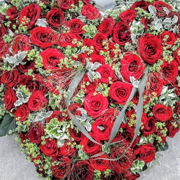gestecktes Herz rote Rosen Bild 1