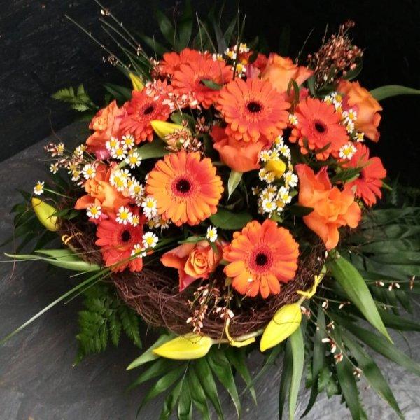 Blumenstrauß in orange mit Blumen der Saison Bild 1