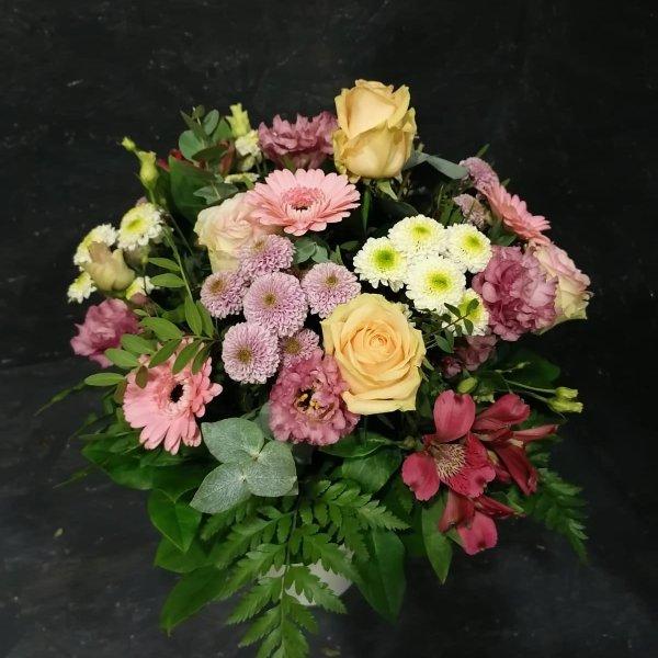 Bunter Blumenstrauß mit Blumen der Saison Bild 1
