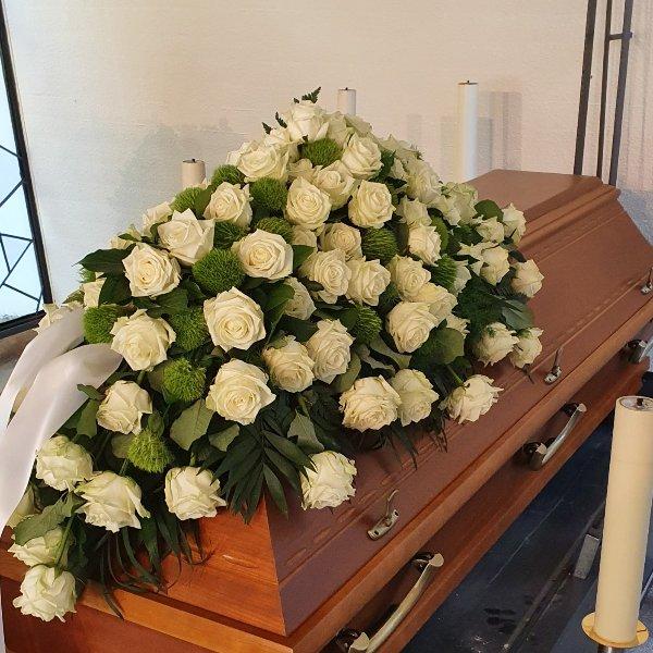 Sargschmuck mit weißen Rosen Bild 1