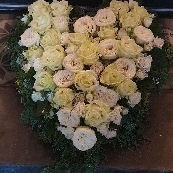 Herz mit weißen Rosen Bild 1