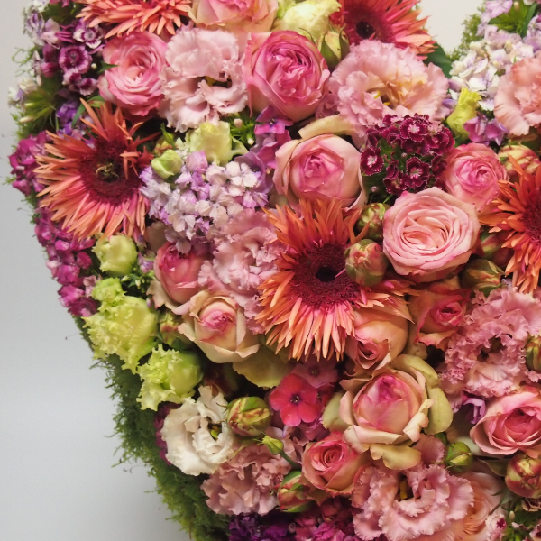 Trauerherz, lachs-/rosafarbenen Blumenkombination (zum Aufstellen) Bild 3