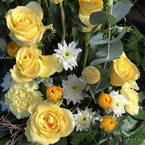 Trauer-Gesteck in gelb-weiß Bild 3