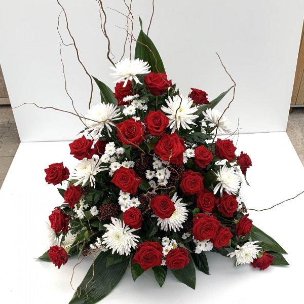 Blumengesteck in rot-weiß, hoch gesteckt Bild 1
