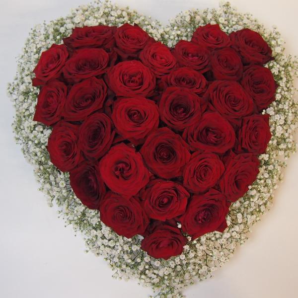 Trauerherz, gesteckt mit roten Rosen und Schleierkraut Bild 1