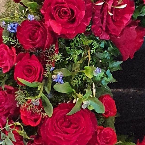 Trauerkranz mit roten Rosen Bild 1