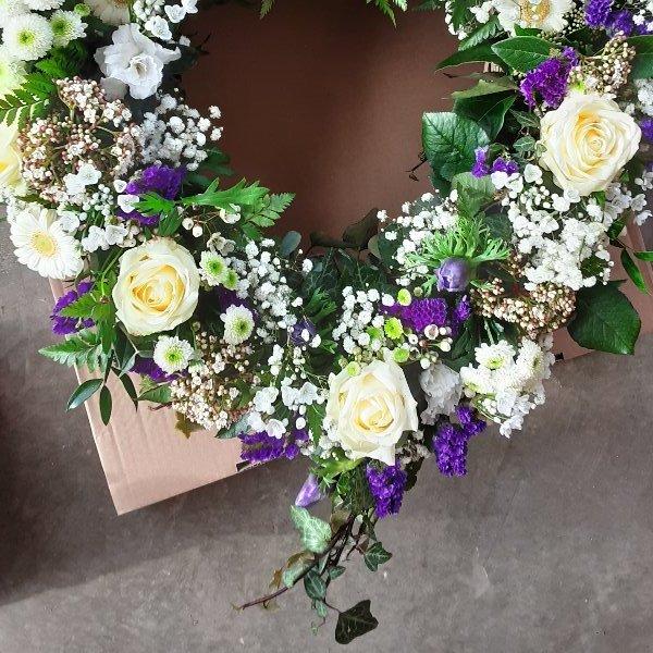 Herzförmiges Trauergesteck weiß/lila Bild 2