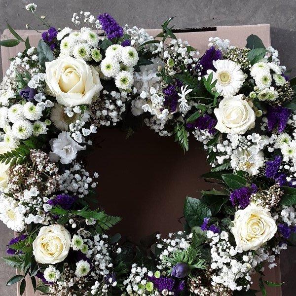 Herzförmiges Trauergesteck weiß/lila Bild 1