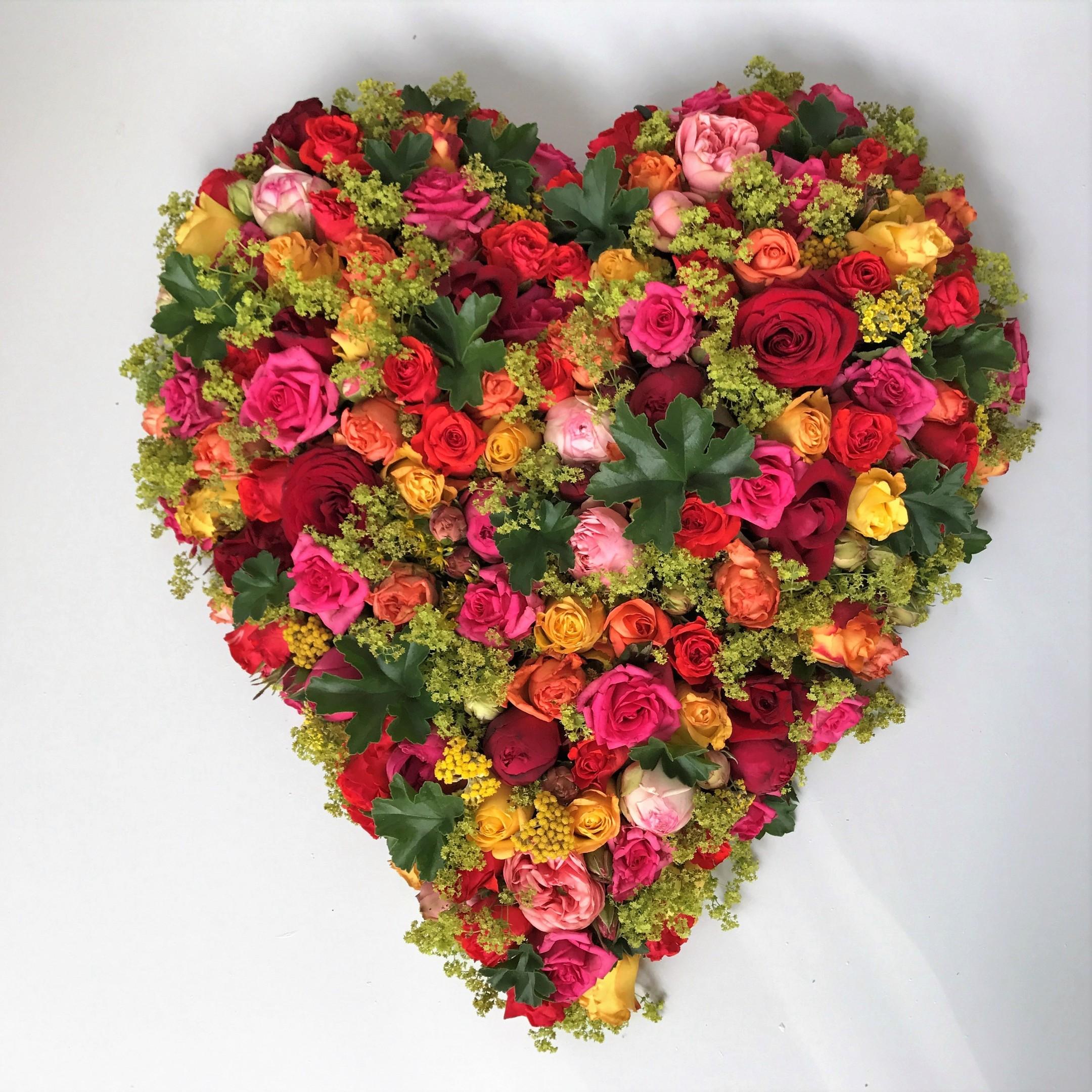 Ein buntes Herz aus Rosen Bild 1