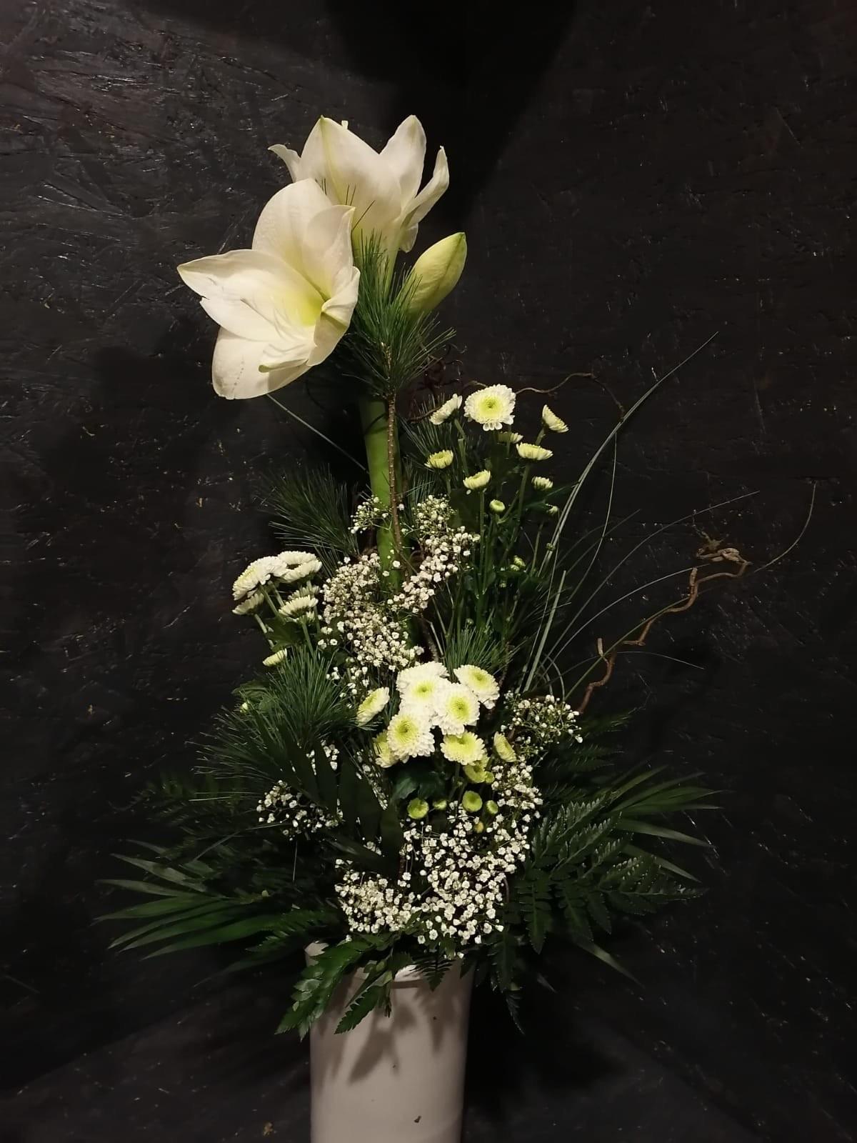 Abgestufter Blumenstrauß mit Blumen der Saison Bild 2