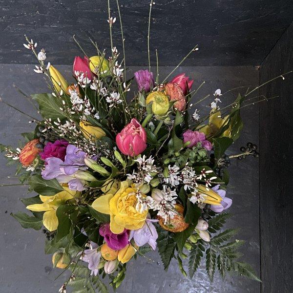 Frühlingsstrauß mit bunten Blumen und Ginster Bild 1
